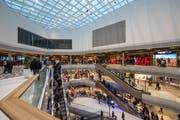 Am Eröffnungstag der Mall of Switzerland war der Andrang gross. (Bild: Dominik Wunderli, 8. November 2017)