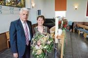 Blumen nach der Wahl: Kirchenpräsident Heinrich Krauer heisst Daniela Frischknecht willkommen. (Bild: Christoph Heer)