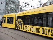 So sieht es aus: Das Tram zur Erinnerung an den Meistertitel der Berner Young Boys. (Bild: KEYSTONE/PETER SCHNEIDER)