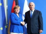 """""""Freunde und Partner"""": Handschlag zwischen Kanzlerin Angela Merkel und dem israelischen Regierungschef Benjamin Netanjahu in Berlin. (Bild: Keystone/EPA/OMER MESSINGER)"""