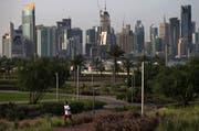Ausdruck von Wachstum und Wohlstand: Sicht auf einen Freizeitpark und die stetig wachsende Skyline von Doha. (AP Kamran Jebreili/AP, Doha, 6. Mai, 2018)