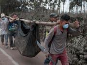 Helfer bergen ein Opfer des verheerenden Vulkanausbruchs in Guatemala. (Bild: Keystone/AP/OLIVER DE ROS)