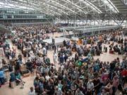 Im Laufe des Montags hat sich der Flugbetrieb am Flughafen Hamburg wieder einigermassen normalisiert: Am Sonntag hatte eine schadhafte Isolierung an einem Kupferkabel zum Black-Out geführt. (Bild: KEYSTONE/AP dpa/DANIEL REINHARDT)