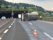 2000 Liter Milch haben sich auf die Autobahn A2 in Horw LU ergossen, nachdem der Anhänger eines Milchtransporters gekippt ist. Verletzt wurde niemand. (Bild: Staatsanwaltschaft Luzern)