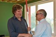 Andreas Fischer (links) übernimmt vom neuen Ehrenmitglied Dieter Burckhardt die präsidiale Verantwortung. (Bild: Bilder: PF)