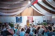 Am Sonntagabend eine volle Festhalle zur Ansprache von Regierungspräsidentin Cornelia Komposch. (Bild: Andrea Stalder)