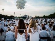 Tausende in Weiss gekleidete Menschen nahmen am Riesen-Picknick in Paris teil. (Bild: KEYSTONE/EPA/YOAN VALAT)