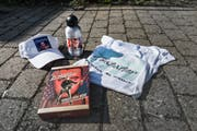 Mütze, Thermosflasche, T-Shirt, limitierte Fan-Box: Sonja Dehns sammelt Gabalier-Fanartikel. (Bild: Sabrina Stübi)