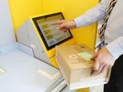 Immer öfters werden die Dienstleistungen der Post nicht mehr in traditionellen Poststellen erbracht. Im Schnitt werden jährlich 100 Poststellen in eine Postagentur umgewandelt. (Bild: Keystone/SIGGI BUCHER)