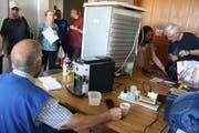 Viele Besucher brachten Elektro-Geräte, die repariert werden sollten. (Bild: Markus Bösch)
