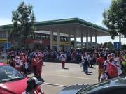 Peruanische Fans belagern eine Tankstelle in St.Gallen Winkeln. (Bild: Martin Oswald)