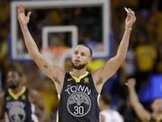"""Rekord im NBA-Final: Golden States Stephen Curry glänzt im zweiten Finalspiel mit neun verwandelten """"Dreiern"""" (Bild: KEYSTONE/AP/MARCIO JOSE SANCHEZ)"""