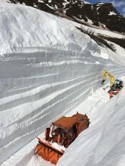Bis zu 11 Meter hoch türmten sich die Schneemassen auf der Strecke. Bilder: PD
