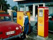 Full-Service anno 1960: Tankwartin an einer Minoltankstelle in der DDR.