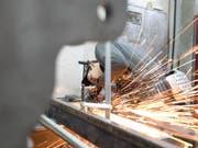 Auf dem Arbeitsmarkt wird spürbar, dass die Schweizer Wirtschaft Fahrt aufnimmt. (Bild: KEYSTONE/GAETAN BALLY)