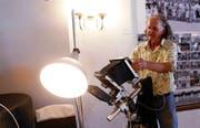 Bernhard Kägi mit einem altem Fotoapparat. Er hat mitgeholfen, alte Fotos aus Muri zu sichten. (Bild: Werner Schelbert, (Muri, 3. Juni 2018))
