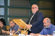 Heinz Leuenberger stellt die Rechnung der Schule vor. (Bild: Monika Wick)