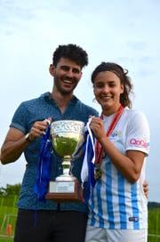 Freude über den Gewinn des vierten Meistertitels mit dem FC Zürich: Cinzia Zehnder mit ihrem Freund Fabio Del Deo. (Bild: PD)