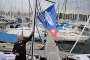 Club-Präsident Reto Arpagaus präsentiert stolz das neue Logo zu den Klängen des Schweizerpsalms. (Bild: PD/© Schweizerischer Bodensee Motorbootclub SBM)