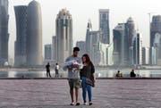 Ein junges Paar mit Baby in der katarischen Hauptstadt Doha. (Kamran Jebreili/AP)