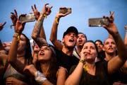 Das Handy als ständiger Begleiter. An Konzerten ist es nicht mehr wegzudenken, so auch am Open Air Frauenfeld. (Bild: Gian Ehrenzeller/KEY, 8. Juli 2017)