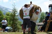 Auch der Vorstand der Landjugend Sarneraatal kämpft um Minuten: Jan Röthlin und Ivan Bucher in Action. (Bild: Lea Kathriner, Melchtal, 3. Juni 2018)