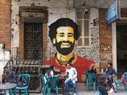 Mohamed Salah ist in Ägypten überall: Hier strahlt er von einer Hauswand bei einem Café in Kairos Innenstadt. (Bild: Amir Makar/AFP Photo (Kairo, 4. April 2018))