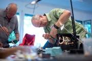 Beat Oeschger versucht am letztjährigen Repair Café im Loreto eine Kaffeemaschine zu reparieren. Bild: Maria Schmid (Zug, 26. August 2017)