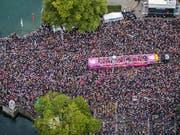 """Tanzen für Liebe, Frieden und Toleranz: Die diesjährige Street Parade gibt sich das Motto """"Culture of Tolerance"""". (Archivbild der letztjährigen Parade). (Bild: KEYSTONE/CHRISTIAN MERZ)"""