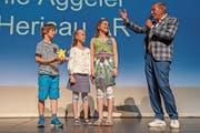 Aeschbacher verleiht Award für kreative Hilfsaktionen. (Bild: PD)