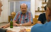 Pfarrer Jürgen Neidhart unterhält sich mit den Männertreff-Besuchern. (Bild: Yvonne Aldrovandi-Schläpfer)