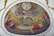 Das Chorfresko in der Steinhauser Pfarrkirche (links) im Vergleich mit der monumentalen Abendmahlsszene von Martin Knoller in der Abteikirche Neresheim.
