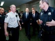 """Harvey Weinstein (Mitte) verlässt den Gerichtssaal in New York, nachdem er auf """"nicht schuldig"""" plädiert hat. (Bild: KEYSTONE/EPA/JUSTIN LANE)"""