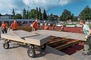 Zivilschützer und Freiwillige helfen beim Aufbau eines Turnzeltes. (Bild: Eveline Beerkircher (Hochdorf, 5. Juni 2018))