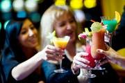 Feine Cocktails gehören für viele Menschen zu den Ferien. Doch Vorsicht - nicht überall ist es empfehlenswert, rohe Fruchtsäfte zu trinken. (Urs Jaudas/Symbolbild)