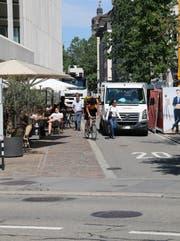 Das Nadelöhr an der Ecke Vadian- und Kornhausstrasse: Eine Baustelle, Zulieferer, Fensterputzer mit Lastwagen und Fussgänger blockieren die Veloroute. (Bild: Reto Voneschen)