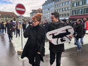 Schneller Sammelerfolg für Autorin Sibylle Berg und Dimitri Rougy vom Referendumskomitee: einen Monat vor Ablauf der Frist sind bereits rund 55'000 Unterschriften beisammen. Nötig sind 50'000. (Bild: KEYSTONE/ADRIAN REUSSER)