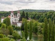 Blick auf das Kloster Rheinau: Die Zürcher Gemeinde an der Grenze zu Deutschland will einen Versuch für ein bedingungsloses Grundeinkommen unterstützen. (Bild: KEYSTONE/GAETAN BALLY)