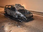 Bei einem Stau im Kirchenwaldtunnel der A2 ausgebrannt ist dieser Personenwagen. Verletzt wurde niemand. (Bild: Kantonspolizei Nidwalden)