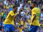 Die Brasilianer (hier Neymar, links, und Firmino) wollen auch in Russland jubeln (Bild: KEYSTONE/AP/DAVE THOMPSON)