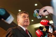 CVP-Regierungsrat Anton Grüninger gibt im März 2004 seinen Verzicht auf einen zweiten Wahlgang bei den Regierungsratswahlen bekannt. Er erreichte als einziger bisheriger Regierungsrat nicht das nötige Mehr. (Bild: Regina Kühne/Keystone)