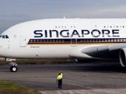 Ein deutscher Fondsanbieter will zwei Airbus A380, die Singapore Airlines geleast hatte, als Ersatzteillager verscherbeln. (Bild: KEYSTONE/EPA/GUILLAUME HORCAJUELO)