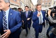 Italiens Regierungschef Giuseppe Conte (Mitte) auf dem Weg zum Senat.Bild: Ettore Ferrari/EPA (Rom, 5. Juni 2018)