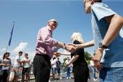 Gesundheitsdirektor Martin Pfister (links) gratuliert im Sommer 2017 Schülerinnen und Schülern, die nicht (mehr) rauchen zu ihrem Durchhaltevermögen. Bild: Stefan Kaiser (Zug, 2. Juni 2017)
