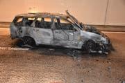 Das ausgebrannte Auto erlitt Totalschaden. (Bild: Kapo Nidwalden, 4. Mai 2018)
