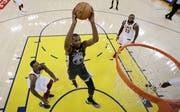 Kevin Durant von den Golden State Warriors gegen die Cleveland Cavaliers in Aktion. Bild: Marcio Jose Sanchez/AP (Oakland, 3. Juni 2018)