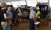 Die Besucher bewundern die einzigartige Kutschensammlung des verstorbenen Amriswiler Textilindustriellen Robert Sallmann. (Bild: Yvonne Aldrovandi-Schläpfer)