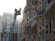 Rund 120 Einsatzkräfte der Feuerwehr kämpften in London gegen das Feuer im Hotel Mandarin Oriental. (Bild: KEYSTONE/AP PA/YUI MOK)
