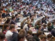 Auslandssemester oder Praktika: Die Teilnahme von Schweizer Studierenden an Austauschprogrammen in Europa wächst. Das zeigt eine neue Studie der nationalen Förderagentur für Austausch und Mobilität Movetia. (Bild: Keystone/GAETAN BALLY)