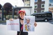 Der thailändische König Maha Vajiralongkorn soll im Hotel Waldegg in Engelberg sein. Dorthin reiste am Dienstag auch Prapassorn Peter (Bild), in der Hoffnung, ihren König zu Gesicht zu bekommen. (Bild: Urs Flüeler/Keystone (Engelberg, 5. Juni 2018))